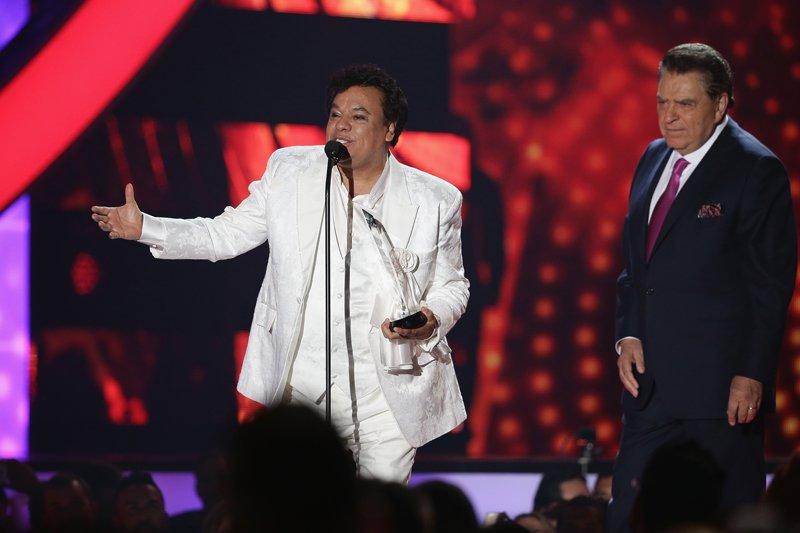 Don Francisco le entregó a Juan Gabriel el Premio de la Estrella de Billboard.