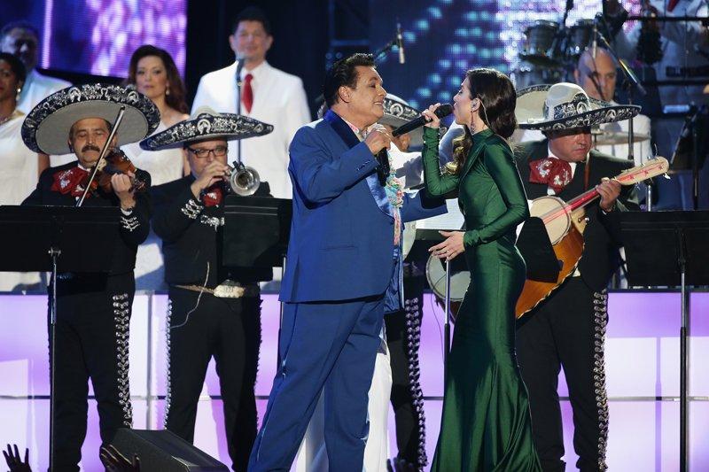 """Juan Gabriel cantó el tema """"No discutamos"""" a dueto con Paty Cantú."""