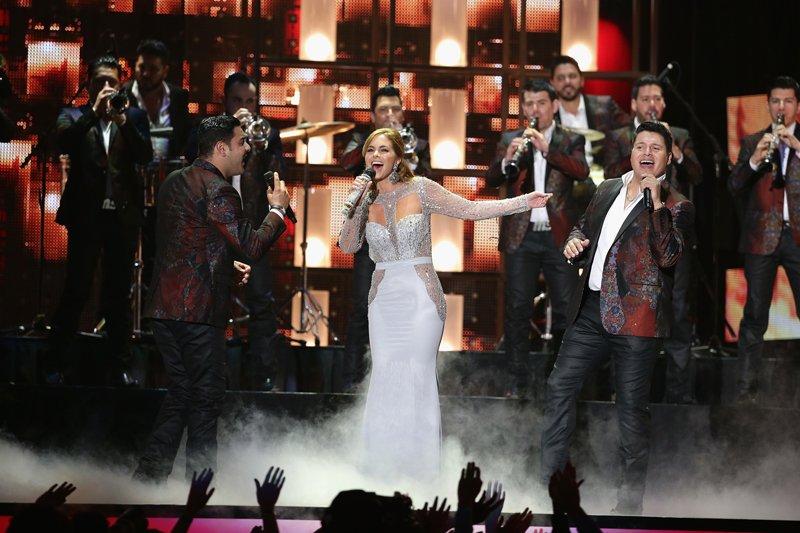 """Lucero canto en el género de banda, la estrella interpretó """"Solo con verte"""" junto a la popular Banda MS."""