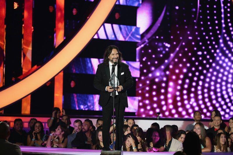Marco Antonio Solís recibió el premio Trayectoria Artística de manos de Marc Anthony.