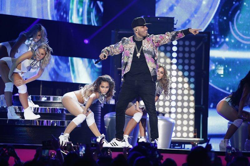 Nicky Jam el máximo ganador de la noche también tuvo su número musical.