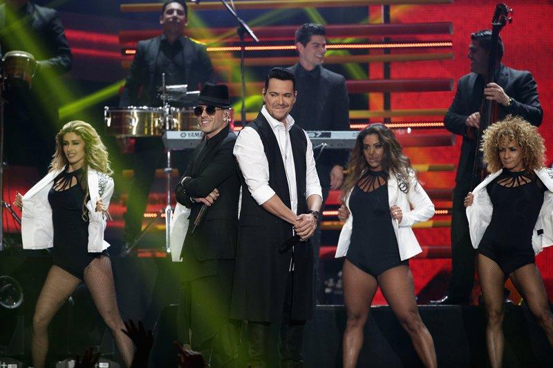"""Yandel y Víctor Manuelle interpretaron el tema """"Imaginar"""" y el ritmo de la salsa se apoderó del escenario."""
