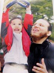 Daniel Salgado, de 21 años, con su hijo Xavier, de 4 años.