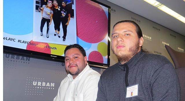 Daniel Salgado (der.) con su promotor Jorge Orozco, durante la presentación de un estudio que se hizo al programa Promotores Pathway, el 20 de abril de 2016.