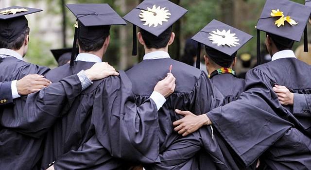 GRADUACIÓN. Cada vez los estados recortan más sus ayudas financieras para los estudiantes universitarios de bajos recursos.