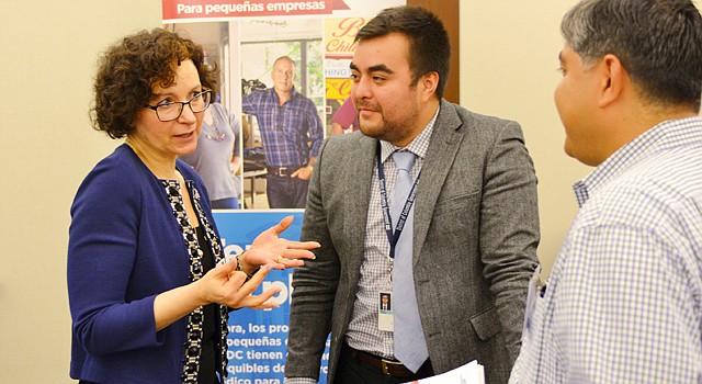 NICIATIVA. La directora ejecutiva de DC Health Benefit Exchange Authority, Mila Kofman, conversa con el director de políticas públicas del Gobierno de DC, Christian Barrera, y un beneficiario del evento empresarial, el 3 de mayo.