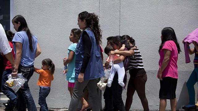 Mujeres y niños detenidos en la frontera.