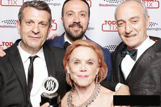 """Rebecca y Hugo Medrano(der.) celebran junto al director Jose Luis Arellano, (centro) y al productor David Peralto, los premios Helen Hayes,. """"Yerma"""", se llevó seis galardones el luens 23 de mayo."""