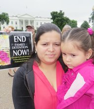 Estela Orellana y su hija Keyri estuvieron detenidas en un centro de Texas.