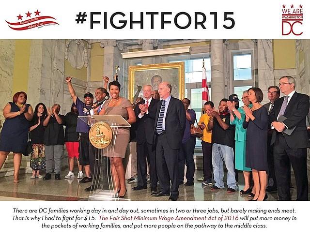 La alcaldesa Muriel Bowser acompañada de concejales y activistas que impulsaron el aumento del salario mínimo.