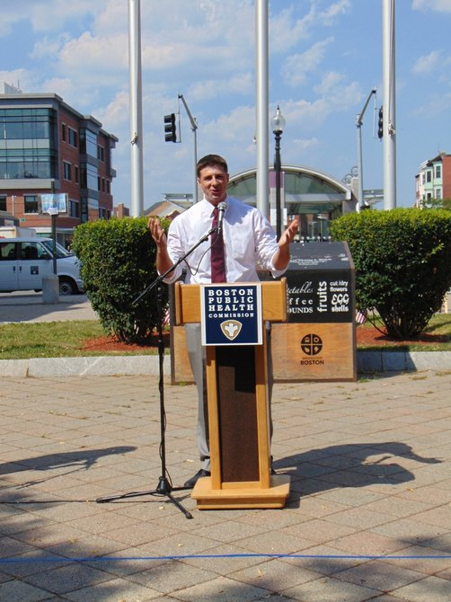 El Representante Adrian Madaro dijo que es importante llevar comida saludable a East Boston