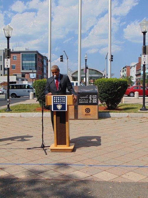 Manny Lopes de EBNHC dando la bienvenida a los vecinos de East Boston