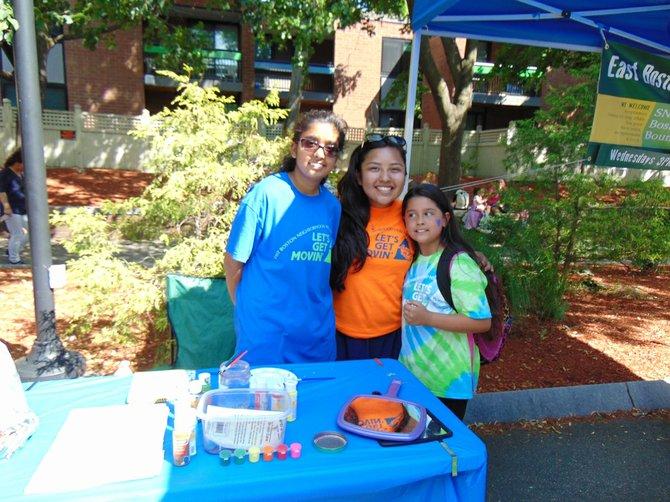 Shovangi Doshi, Florisel Rojas y Avamarie Sanchez del programa Lets Get Moving de EBNHC