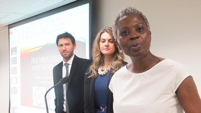 La doctora Gloria Addo-Ayensu, directora del Departamento de Salud de Fairfax, con los biólogos, Andrew Lima y Barbara Downes, el martes 14 de junio. (Milagros Meléndez-Vela/ETL)