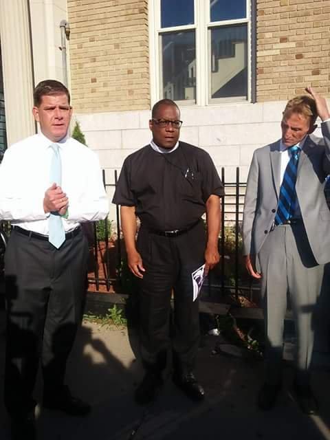 El Alcalde Walsh (izq) dijo unas palabras sobre la necesidad de combatir la violencia en las calles de la ciudad. El Comisionado de la Policía, Bill Evans, (a la derecha de la foto) también asisitió al evento.