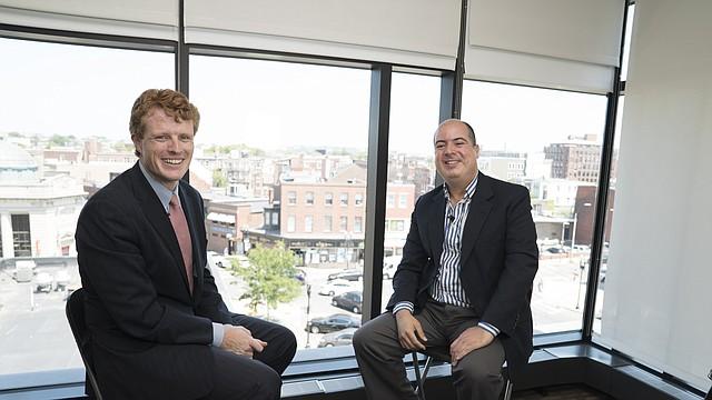 Joseph Kennedy III en una entrevista con Rafael Ulloa, presentador y editor de El Planeta