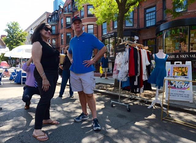 El alcalde Walsh lució sus shorts estilo cargo en el evento Open Newbury Street