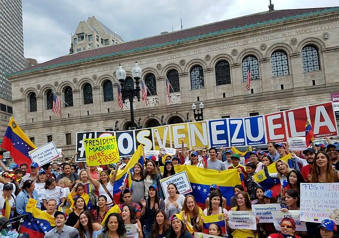 Venezolanos manifestaron en Copley Sq. para pedir un referéndum revocatorio