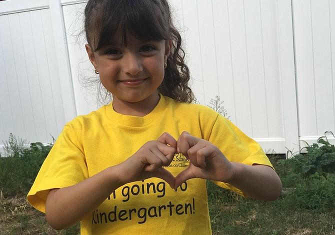 East Boston: premian a la alumna de Kindergarten que nunca faltó a clases, con beca de $5000