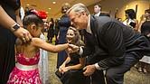 Gobernador de Massachusetts Charlie Baker y su esposa le dan la mano a las niñas Gelenyze y Alyssa en la séptima gala anual Milagros Para Niños.