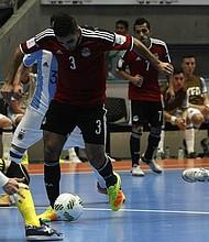 El jugador de Egipto Abdelrahman Elashwal (c) disputa el balón con los argentinos Nicolás Sarmiento (i) y Damián Stazzone (d), de Argentina, el domingo 25 de septiembre de 2016, durante un partido entre Argentina y Egipto por los cuartos de final del Mundial de Fútbol Sala Colombia 2016, en el coliseo Iván de Bedout de Medellín (Colombia).