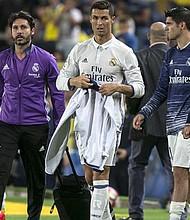 El delantero portugués del Real Madrid, Cristiano Ronaldo, a la finalización del encuentro correspondiente a la sexta jornada de primera división, que han disputado el domingo 25 frente a la UD Las Palmas en el Estadio de Gran Canaria.