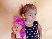 Ana tiene dos años, su madre Marisol fue asesina en El Salvador por una pandilla. Ahora su abuelo, residente legal de Estados Unidos, trata de traer a la pequeña y al resto de la familia para que estén a salvo en este país. (Armando Trull/Para El Tiempo Latino)