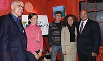De izquierda a derecha: el Director Ejecutivo del Health Connector Louis Gutiérrez, Beth Baker del Boston Public Health Commission, el Dueño y Manager de Tres Gatos David Doyle, Hilani Morales de la Oficina del Alcalde para Servicios de Vecindarios y el Representante Jeffrey Sánchez.