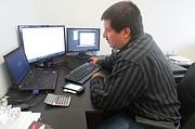 TÉCNICO. Mitchel Burgos, uno de los expertos de Eagle Tech Corp, trabaja en la data de clientes con el servicio remoto que presta la empresa.