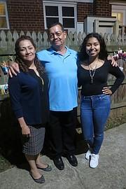 FAMILIA. Dilma Reyes, viuda de Víctor Mejía, Manfredo Mejía Sr., y Dilma Jacqueline Mejía Reyes, en Alexandria, Virginia, el martes 25 de octubre de 2016.