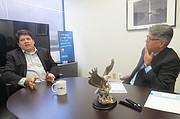 DIRECTIVOS. Eduardo Lavilla (izq.), explica a El Tiempo Latino sobre los servicios de Eagle tech Corp., el viernes 21 de octubre de 2016 en la sede de la empresa en Springfield, Virginia, USA.