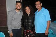 PADRE E HIJOS. Manfredo Mejía Jr., Rosmary Mejía y Manfredo Mejía Sr. el martes 25 de octubre en Alexandria, VA.