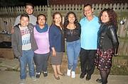 ALEGRES. Manfredo Mejía Sr. (2do. a la der.) con hijos, nieto, cuñada y sobrina en el cabo de año de su hermano Víctor, en Alexandria, VA, el martes 25 de octubre.