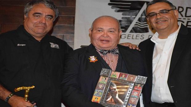Nicole Murray Ramírez, al centro en la gráfica, acompañado por Enrique Morones y Eduardo Orendain.