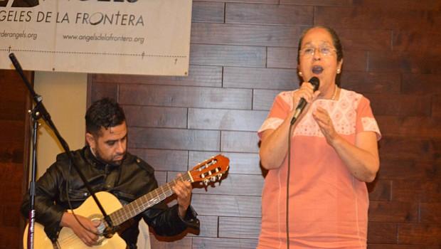 Rosa Martha deleitó a los asistentes a la celebración con bellas y profundas canciones.