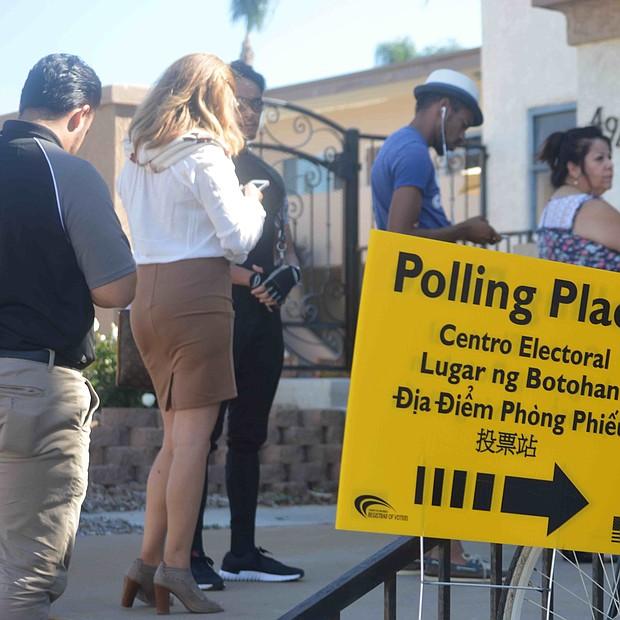 Fila de votantes en la Iglesia Refinery de 5th Avenue y E, en Chula Vista.