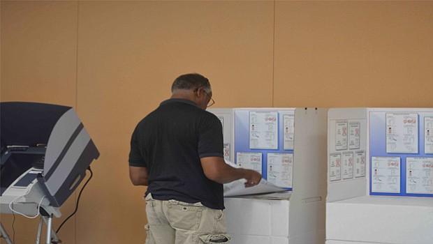 Votante emitiendo su sufragio en la casilla.