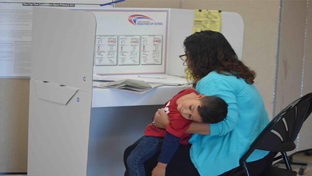 Con su hijo en brazos, esta madre latina acudió a votar.
