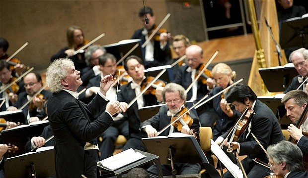 Sir. Simon Rattle dirigiendo la Filarmónica de Berlín