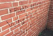 Lenguaje de odio sobre la pared de la iglesia