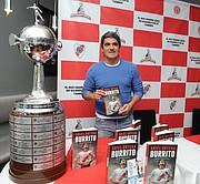LIBRO. Ariel Ortega junto a la réplica de la última Copa Libertadores de América ganada por River Plate, durante la presentación de su obra Mi Autobiografía en Washington, DC.