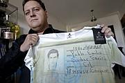 """Sebastián Marroquín, hijo del narcotraficante colombiano Pablo Escobar, posa con una de las camisetas que hace parte de la colección """"Poder Poder"""" elaborada por """"Escobar Henao"""", la marca textil que Marroquín creó a principios de 2012. El documento de identidad de Escobar, sus tarjetas de crédito y un certificado de antecedentes penales aparecen estampados en una colección de ropa creada por su hijo con la que asegura, frente a las crÌíticas, que quiere invitar a """"no repetir su historia""""."""
