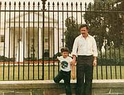Foto Familiar de Juan Pablo Escobar (niño) con su padre el legendario narcotraficante Pablo Escobar ante la Casa Blanca en Washington DC.