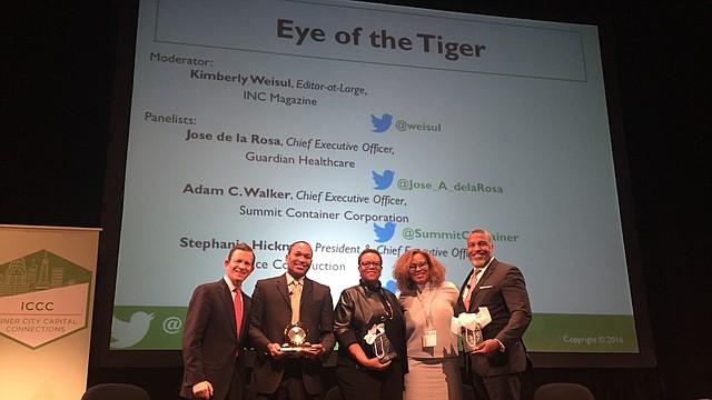 José De La Rosa (segundo de izquierda a derecha) recibe su premio