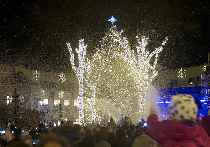 Espectáculos de luces y encendido de árboles de Navidad en vecindarios de Boston