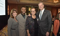 (Izq. a Der.) — BMC Board of Trustees member Randi Cutler, Grow Clinic patient speaker Duvon Haughton, BMC President and CEO Kate Walsh and Massachusetts Governor Charlie Baker