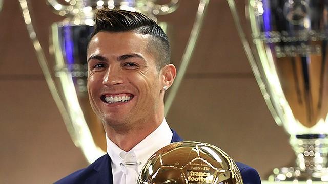 Fotografía facilitada por la revista France Football del portugués del Real Madrid Cristiano Ronaldo, en la Sala de Juntas del estadio Santiago Bernabéu con su cuarto Balón de Oro, lo que le sitúa a uno del argentino del Barcelona Lionel Messi.