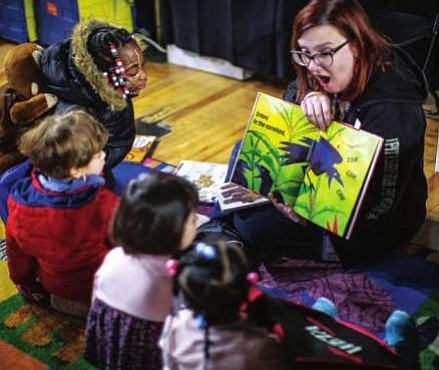 """HISTORIAS. Niños en una sesión de """"cuentacuentos"""" de DC Public Library."""