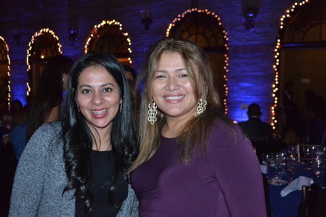 Las salvadoreñas Melany Herrera y Morena Martínez departieron en la noche de gala.