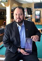Óscar Amaya, en su restaurant El Rancho Migueleño en Arlington, VA, muestra su placa de reconocimiento por su concurso en la fundación hace 15 años de la Cámara de Comercio Salvadoreña Americana, el jueves 15 de diciembre de 2016.